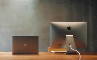 Ein aufgeräumter Schreibtisch, frei von Papierbergen, sieht nicht nur gut aus, er unterstützt auch die Arbeitskonzentration.